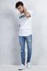 Beyaz Sıfır Yaka Tshirt - Mavi Yırtık Paçaları Fermuarlı Jean Kombini