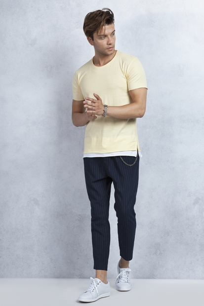 Sarı Tişört - Çizgili Lacivert Pantolon Kombin
