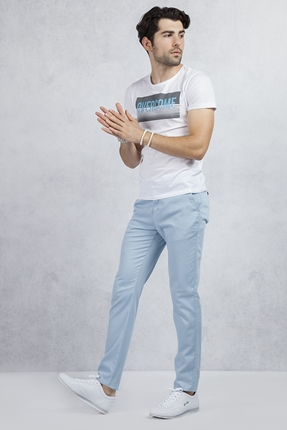 Beyaz Tshirt - Buz Mavi Pantolon Kombin