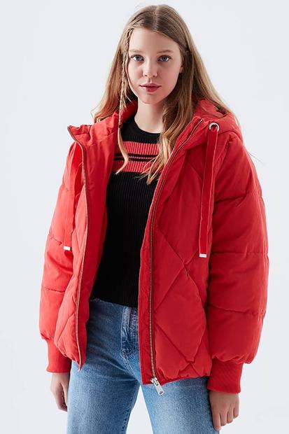 Kapüşonlu Kırmızı Kadın Mont